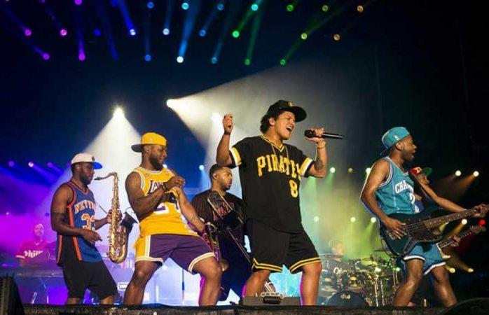 Bruno Mars sufre accidente durante concierto
