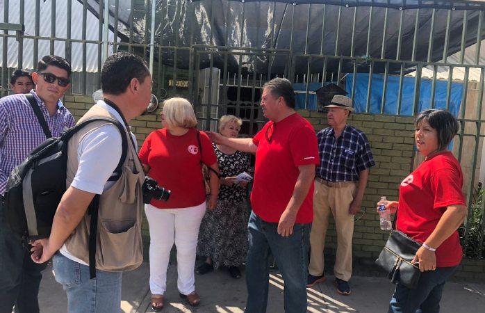 Riñen reporteros con integrantes del sindicato del Imss