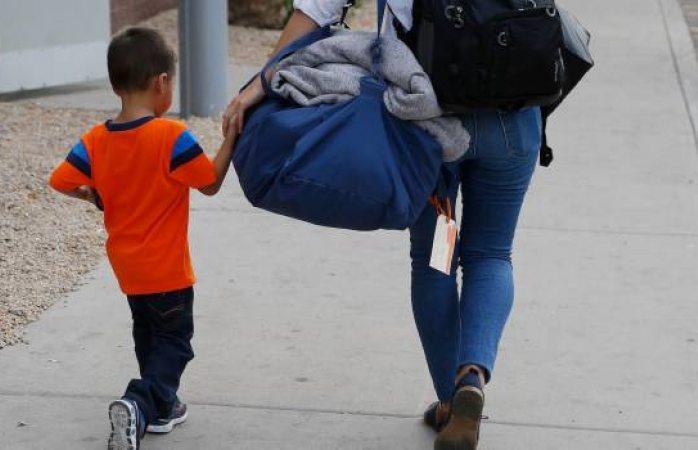 Niños migrantes que se reúnen con sus familias ¡no reconocen a sus padres!