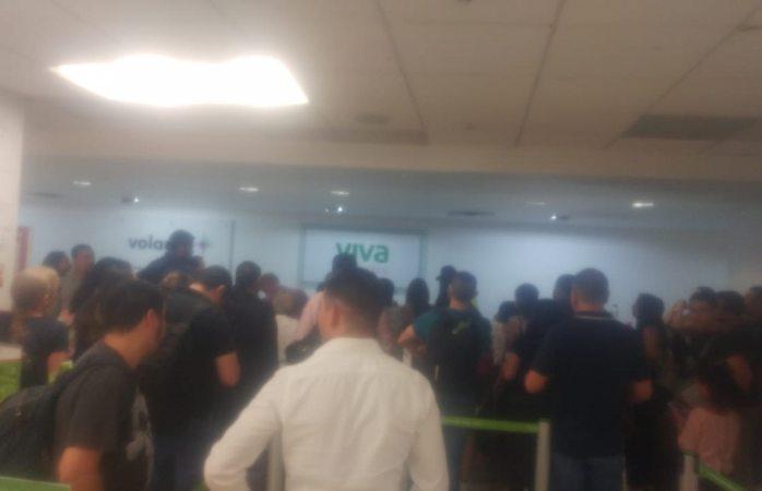 Cancelan vuelo a Monterrey y pasajeros se amotinan