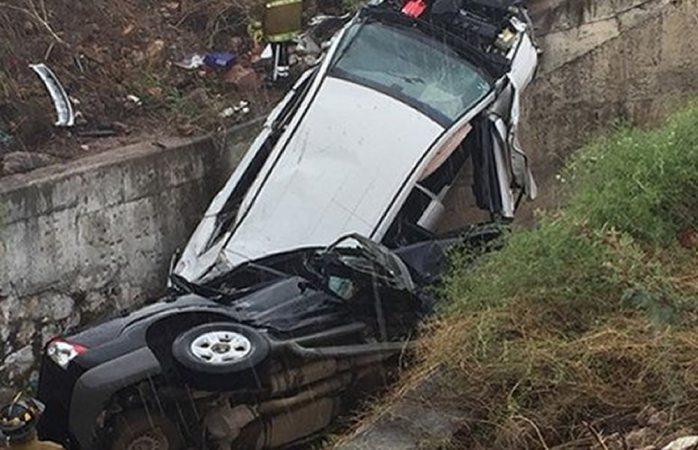 Vuelcan dos vehículos en la carretera a Parral