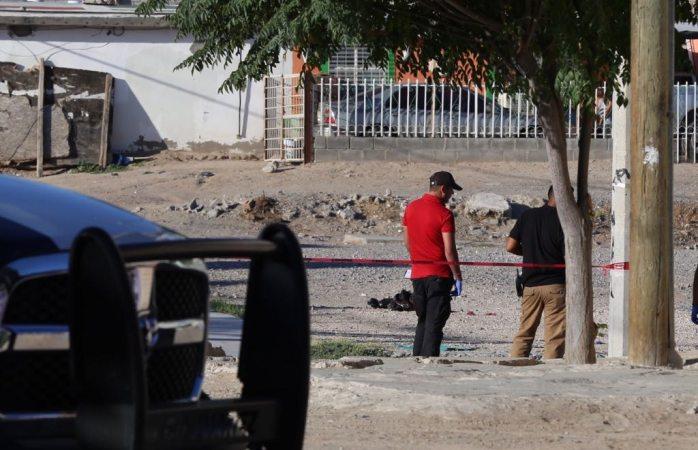 Tiran cadáver decapitado en bolsa y la cabeza a un lado en Juárez