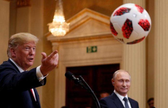 Putin regala balón de futbol a Trump, este se lo avienta a Melania