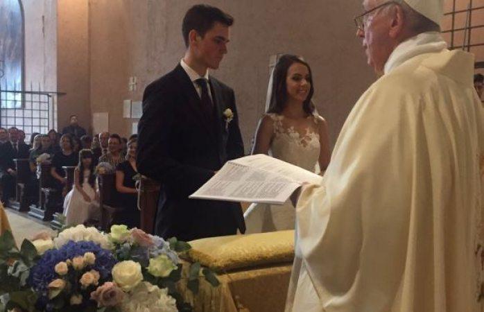 El Papa Francisco sorprende a pareja al oficiar su boda en El Vaticano