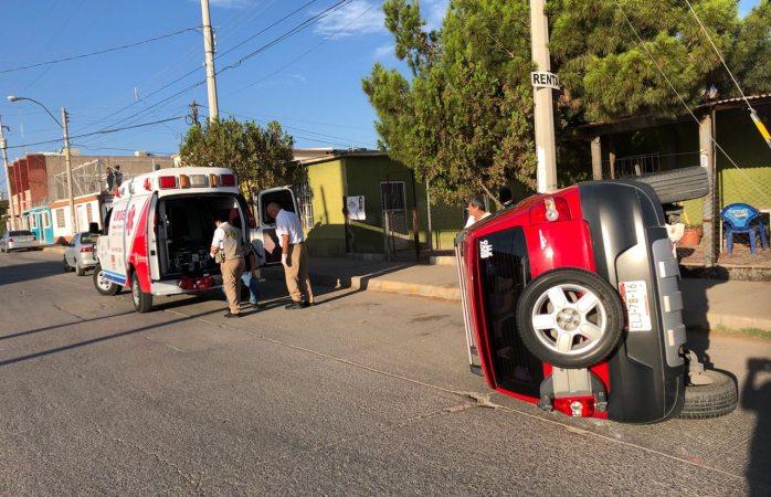Lo impactan y termina volcado en Villa Juárez