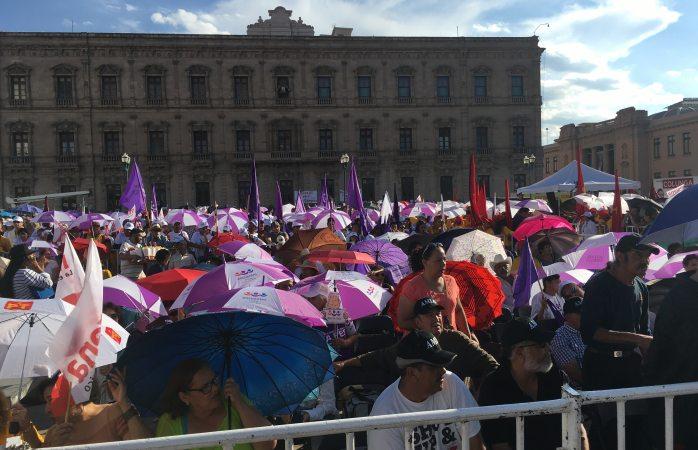Invaden paraguas del PES a la espera de López Obrador