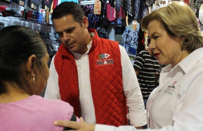 Recorren Adriana Terrazas y Juan Manuel Romero el Mercado Reforma
