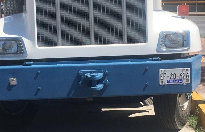 Pasea candidato a síndico camión con placas sobrepuestas