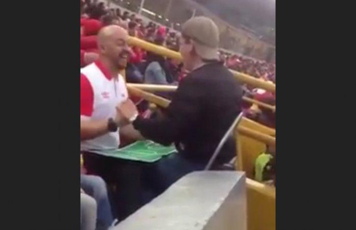 Viral: narra partido de fútbol a su amigo ciego en estadio