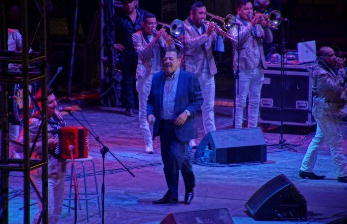 Julio Preciado complace a sus fans en la Feria Juárez