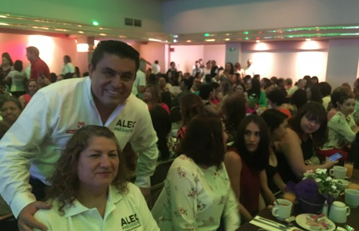 Congrega Alex Domínguez a decenas de mujeres