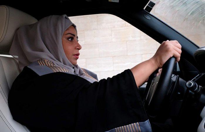 Histórico: manejan mujeres por primera vez en Arabia