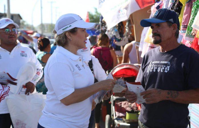Lleva Adriana Terrazas propuestas a mercados Anapra y Herrajeros