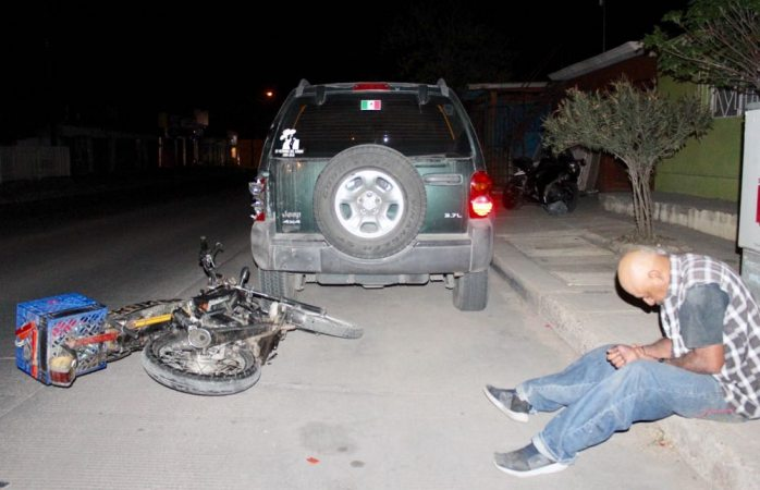 Ebrio impacta moto contra camioneta estacionada en Villa Juárez