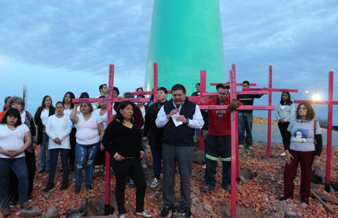 Vuelven a colocar cruces en salida a Juárez; ofrece Jáuregui una disculpa