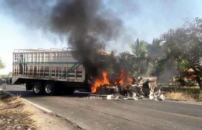 Bloqueos y quema de vehículos paralizan Michoacán