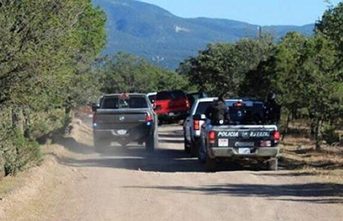 Dejan 3 ejecutados apilados en carretera a Moris