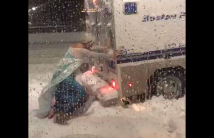 Hombre vestido de Elsa  rescata camioneta de la policía