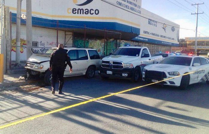 Pierde el control de camioneta y mata a persona en Juárez