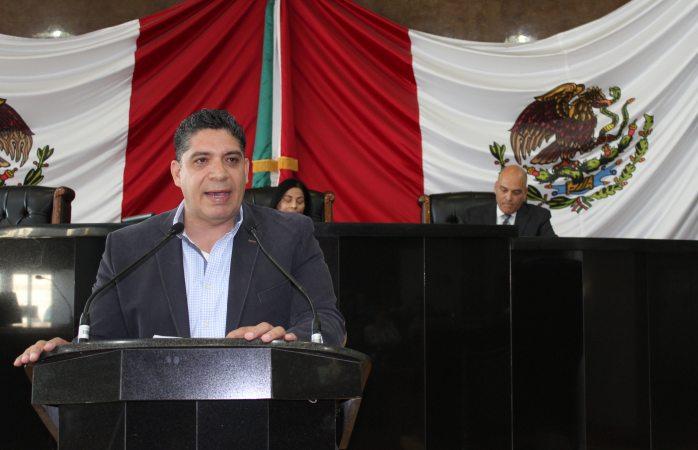 Faltan 900 maestros de pagar, no 300; increpa diputado a Cuarón
