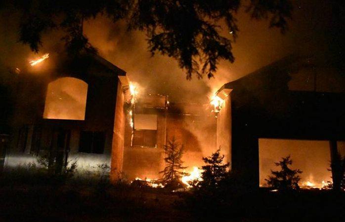 Arde en llamas casa de funcionaria de Madera