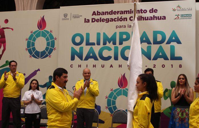 Abanderan a delegación de deportistas de olimpiada nacional