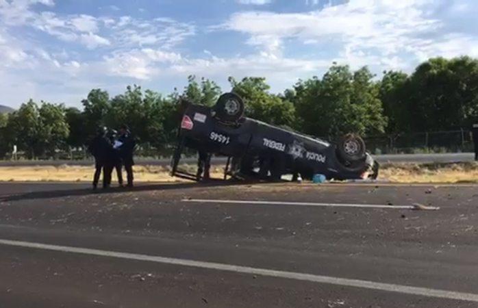 Vuelcan agentes de la policía federal en rúa a Juárez