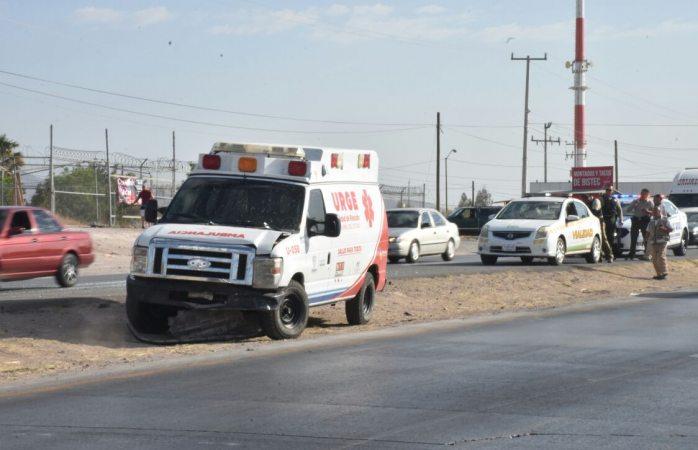 Choca ambulancia a camioneta en rúa a Aldama