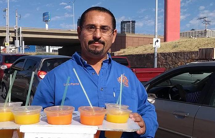 Inspira a miles historia de Luis Antonio Parra, vendedor de jugos