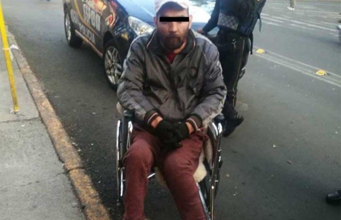 Sujeto en silla de ruedas asalta Oxxo en Cdmx