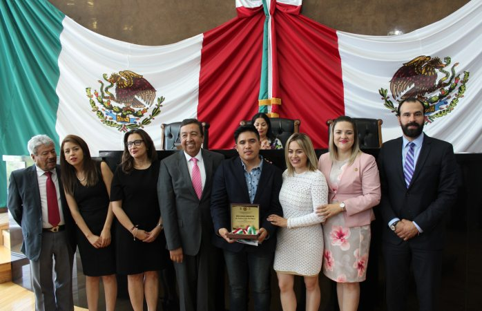 Entrega congreso medalla al mérito educativo