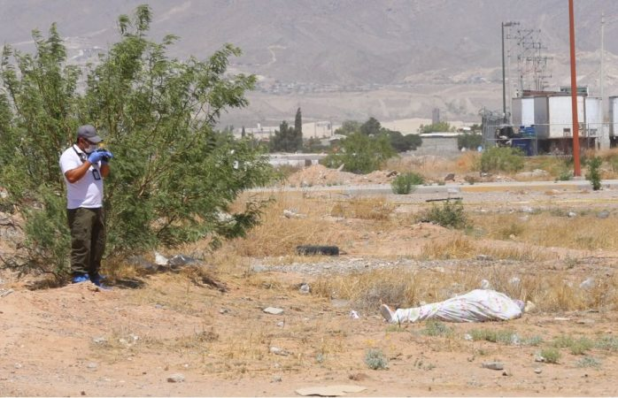 Hallan cadáver de mujer en terreno baldío en Juárez