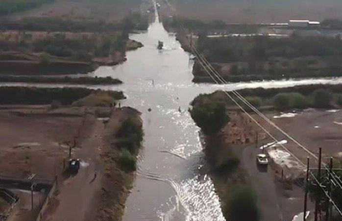 Se desborda río florido e inunda carretera en Camargo