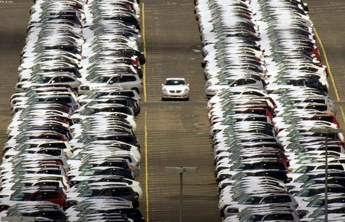 Examina Trump imponer arancel de 25% a vehículos