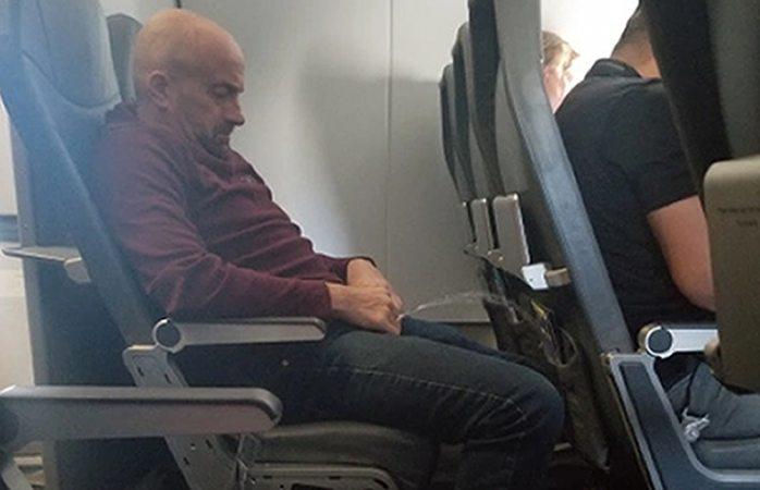 Captan a pasajero de avión orinando en asiento
