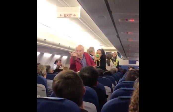 Expulsan a ancianos de vuelo por no hablar inglés