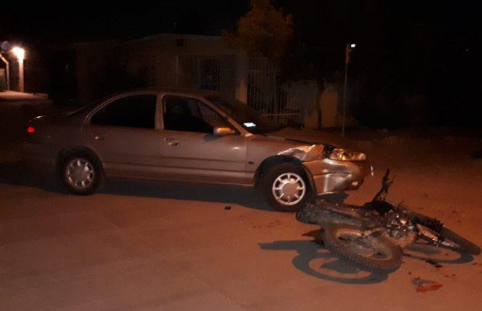 Motociclista grave al colisionar con un auto, involucrados desaparecen