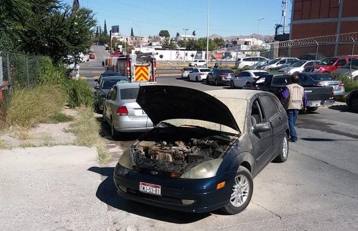 Se incendia carro en la cantera