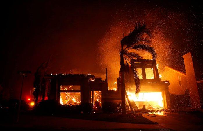 Evacuan a más de 30 mil personas por incendio en Malibú