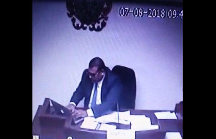 Descubren a juez haciendo trampa en el examen de oposición