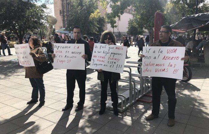 Protestan médicos en contra del aborto en congreso