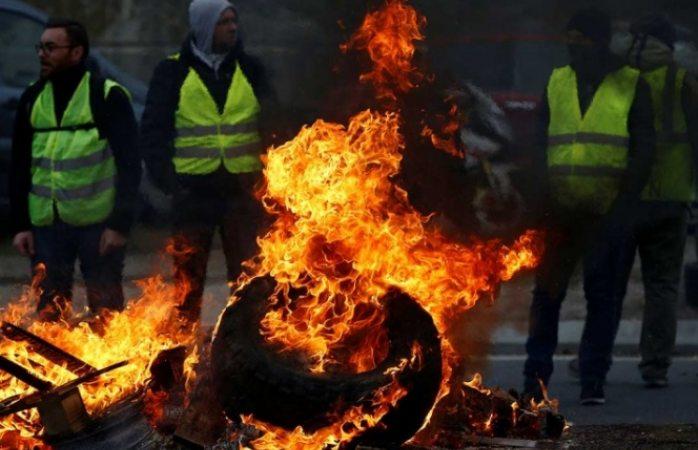 Muere mujer en protestas vs alza de gasolina en Francia