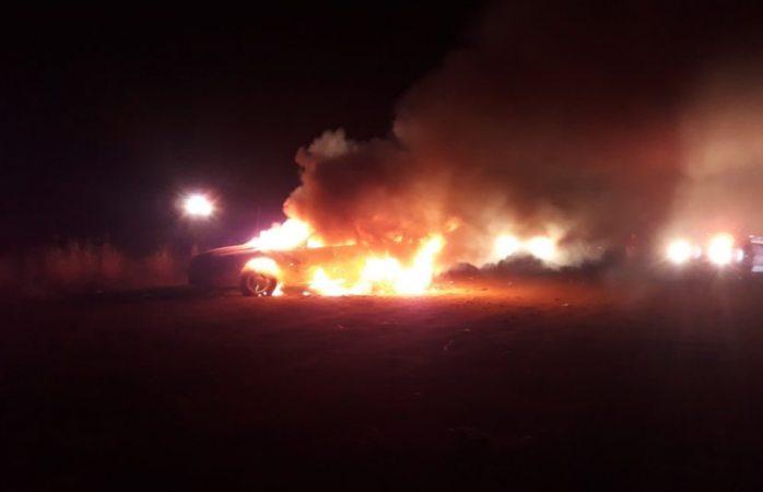 Hallan ejecutado y vehículo en llamas en Carichí
