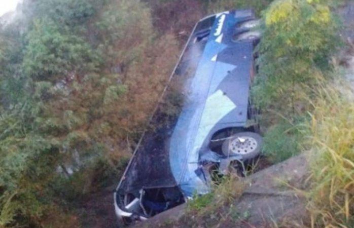 Mueren 7 pasajeros tras volcar autobús en Nuevo León
