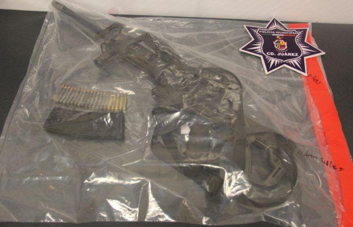 Aseguran fusil de asalto abandonado en auto robado
