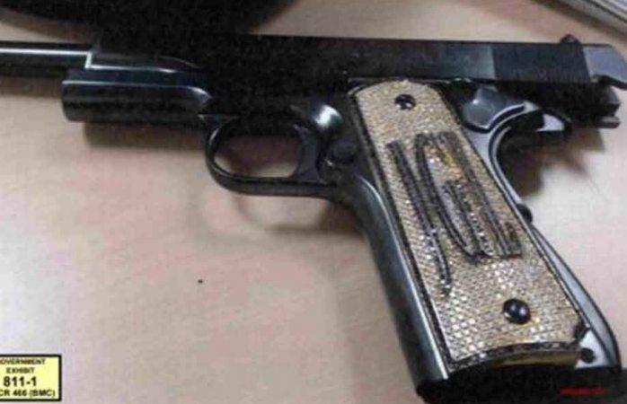 Sale a relucir pistola con diamantes incrustados en juicio de El Chapo