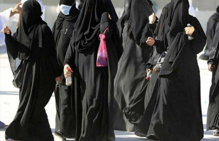 Protestan mujeres saudíes con su ropa puesta al revés