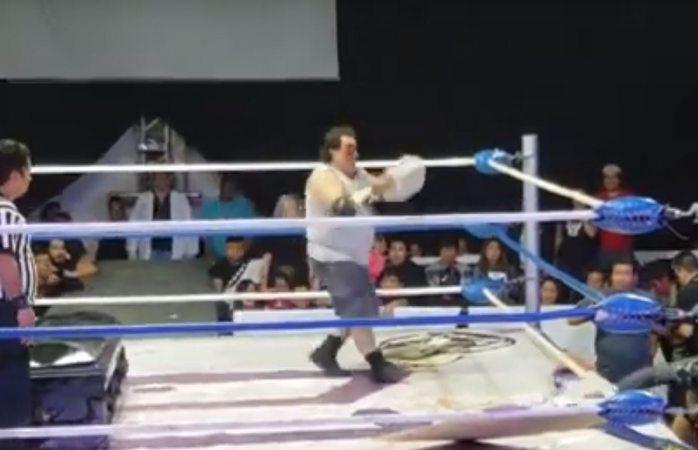 Avienta luchador ladrillazo a oponente y lo manda al hospital