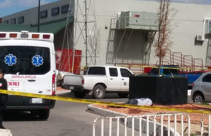 Ejecutan a uno en estacionamiento de Expogan; su pareja queda lesionada