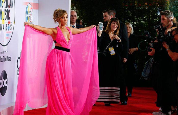 Roba cámara JLo con espectacular vestido rosa